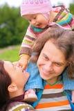 Ouders met baby openlucht royalty-vrije stock afbeeldingen