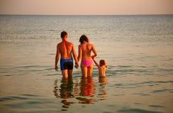 Ouders met dochter in overzees stock afbeeldingen