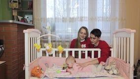 Ouders met een pasgeboren kind stock footage