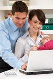 Ouders met het Werken van de Baby van Huis royalty-vrije stock afbeelding