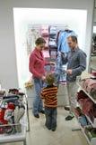 Ouders met kind in winkel Stock Afbeeldingen