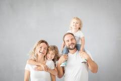 Ouders met kinderen die pret hebben thuis stock afbeeldingen