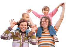 Ouders met kinderen op schouders