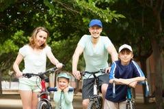 Ouders met kinderen openlucht Royalty-vrije Stock Afbeelding