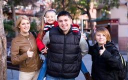 Ouders met kinderen openlucht stellen Royalty-vrije Stock Afbeelding
