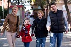 Ouders met kinderen openlucht stellen Stock Afbeeldingen