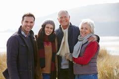 Ouders met Volwassen Nakomelingen die zich in Duinen bevinden royalty-vrije stock foto