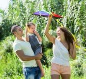 Ouders met weinig dochter en kleurrijke vlieger Royalty-vrije Stock Afbeeldingen