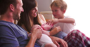 Ouders met Zoons Voedende Baby in Bed met Fles stock video