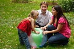 Ouders samen met meisje in de zomertuin Royalty-vrije Stock Afbeeldingen