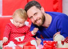 Ouderschapdoelstellingen Eindeloze Liefde Ouderschap als uitdaging en voltooiing Vaderspel met de leuke dochter van de babypeuter royalty-vrije stock foto's