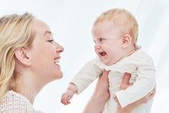 Ouderschapfamilie moeder het spelen met weinig pasgeboren baby royalty-vrije stock foto