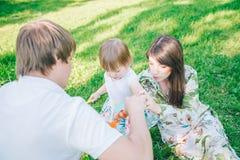 Oudersspel met hun dochter stock foto's