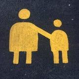 Ouderteken op tarmac het UK wordt geschilderd dat stock afbeeldingen