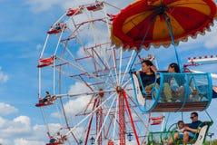 Ouderwets carrousel en ferriswiel stock foto