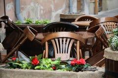 Ouderwets koffieterras stoel en lijsten buiten na regen onder zon Stock Foto