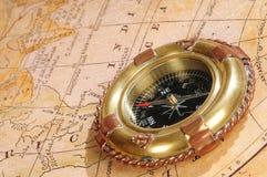 Ouderwets kompas op een oude kaart royalty-vrije stock afbeelding