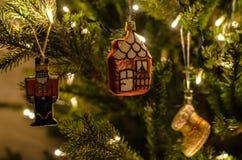 Ouderwets, retro Kerstmisspeelgoed met mooi slingerlicht Stock Foto