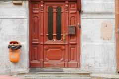 Ouderwetse dichte omhooggaand van wijnoogst gaat deur met symmetrische ornamentOld uitstekende rode deuren met in glasvensters me royalty-vrije stock fotografie