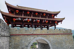 Ouderwetse die toren op poort aan oude muur wordt verbonden Stock Foto