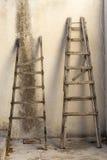 Ouderwetse houten ladders stock afbeeldingen