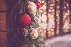 Ouderwetse Kerstmisdecoratie Gestemde foto Kerstmis steekt achtergrond aan Kerstmisornamenten op sparrentak stock fotografie
