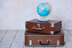 Ouderwetse koffers en globale kaart Royalty-vrije Stock Foto's