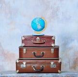 Ouderwetse koffers en globale kaart Stock Fotografie