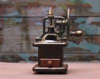 Ouderwetse koffie crinder machine stock foto's
