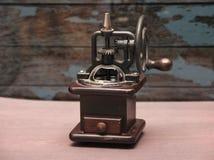Ouderwetse koffie crinder machine royalty-vrije stock afbeeldingen