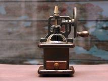 Ouderwetse koffie crinder machine stock afbeelding