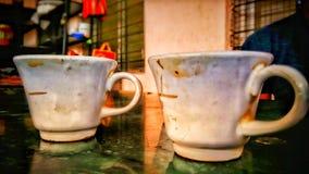Ouderwetse ochtendscène: antieke schrijfmachine, kop van verse koffie, bedrijfscontract en pen royalty-vrije stock afbeeldingen