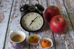 Ouderwetse ochtendscène: antieke schrijfmachine, kop van verse koffie, bedrijfscontract en pen stock afbeeldingen