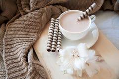 Ouderwetse ochtendscène: antieke schrijfmachine, kop van verse koffie, bedrijfscontract en pen Royalty-vrije Stock Foto