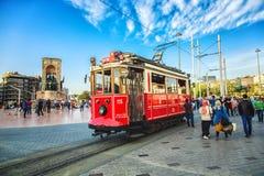 Ouderwetse rode tram bij Taksim-vierkant - de populairste bestemming in Istanboel stock afbeeldingen