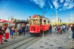 Ouderwetse rode tram bij Taksim-vierkant - de populairste bestemming in Istanboel Stock Foto's