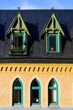 Ouderwetse vensters op donker dak Stock Afbeelding