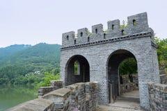 Ouderwetse watchtower op oude muur met verschansingen Royalty-vrije Stock Foto