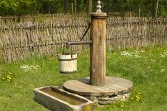 Ouderwetse waterpomp in een dorp Royalty-vrije Stock Fotografie