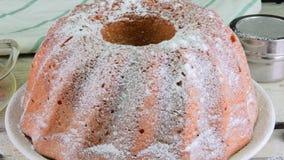 Ouderwetse zandcake met kop van zwarte thee en stukken van vanille op houten achtergrond Dooierbiscuitgebak met stock video