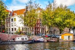 Oudeschans kanał z swój historycznymi kanałów domami domowymi łodziami blisko Montelbaans wierza w centrum Amsterdam i, obrazy royalty free