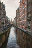 ¡Oudezijds anal Kolk de Ð en el centro de Amsterdam Fotos de archivo libres de regalías