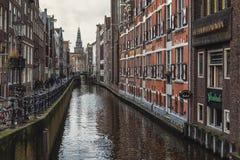 ¡Oudezijds anal Kolk de Ð en el centro de Amsterdam Foto de archivo