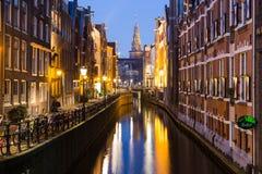Oudezijds Kolk kanal i Amsterdam på natten arkivbild