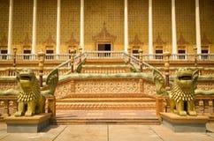 Oudong, centro di Vipassana Dhura, scale e colonne buddisti con Fotografie Stock