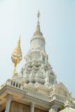 Oudong stupa som innehåller reliker av Buddha Royaltyfria Bilder