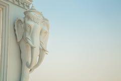 Oudong stupaen, som innehåller reliker av Buddha, elefanter heads Arkivbilder
