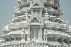 Oudong stupaen, som innehåller reliker av Buddha som snider specificerar Arkivbild