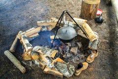 Oudoorkampvuur en brandhout stock foto