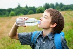 Oudoors воды питья ребенк Стоковые Изображения RF